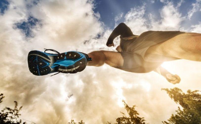 Los sprints son un tipo de ejercicio básico que no debes dejar de practicar en tu rutina